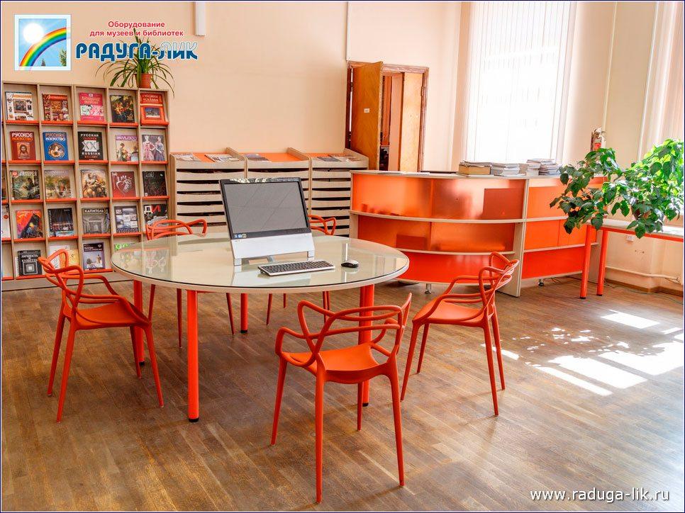 Многоместные столы на металлокаркасе.