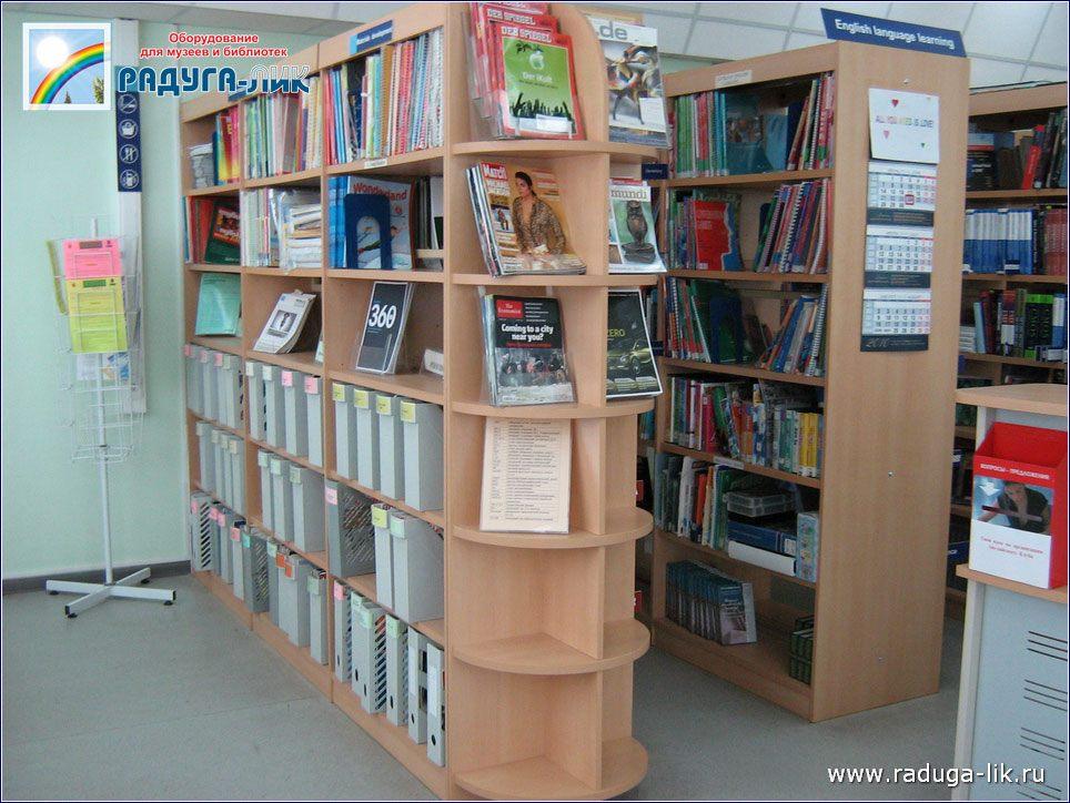 Двухсторонние библиотечные стеллажи открытого доступа.