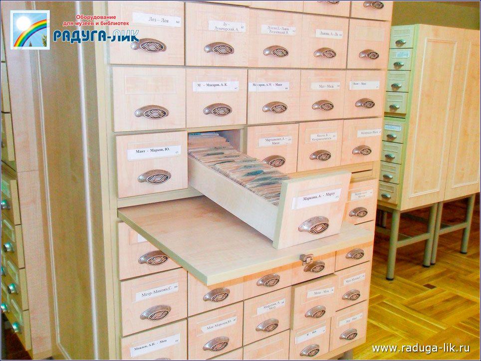 Каталожный шкаф на 32 ящика.