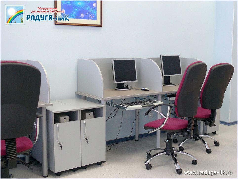 Читательские столы с перегородками.