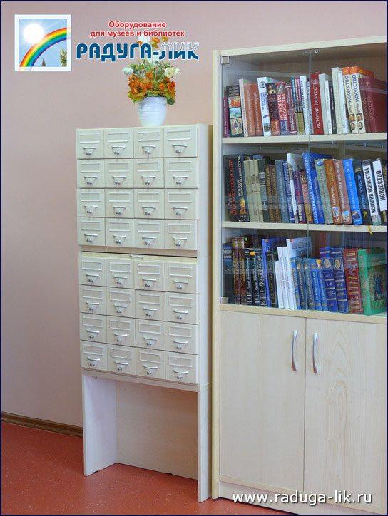 Каталожный шкаф на подставке на 32 ящика.